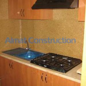 Встронная кухня со шкафчиками сверху и снизу